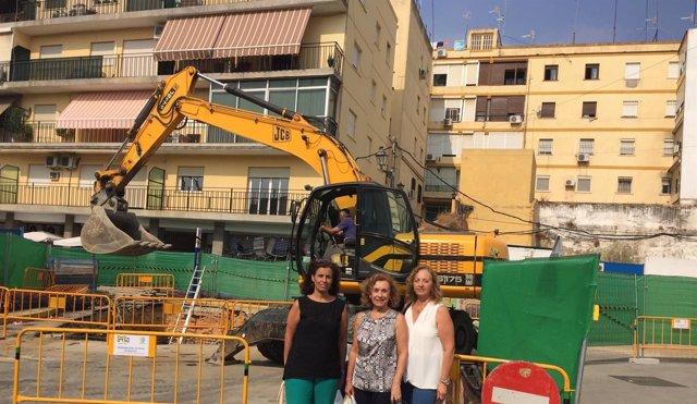 Representantes del PP de Alcalá junto a las obras