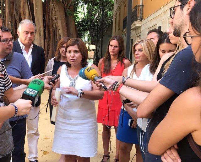 Isabel Bonig junto a González Pons atendiendo a los medios tras la reunión