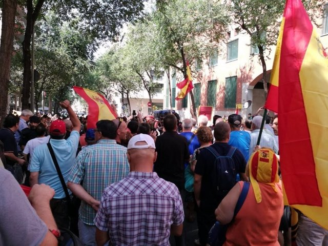 Manifestantes apoyan a la Guardia Civil en Cataluña