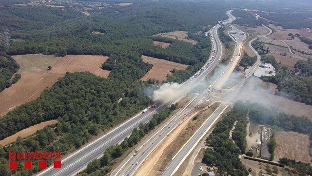 Incendio en la AP-7 en Viladesens (Girona)