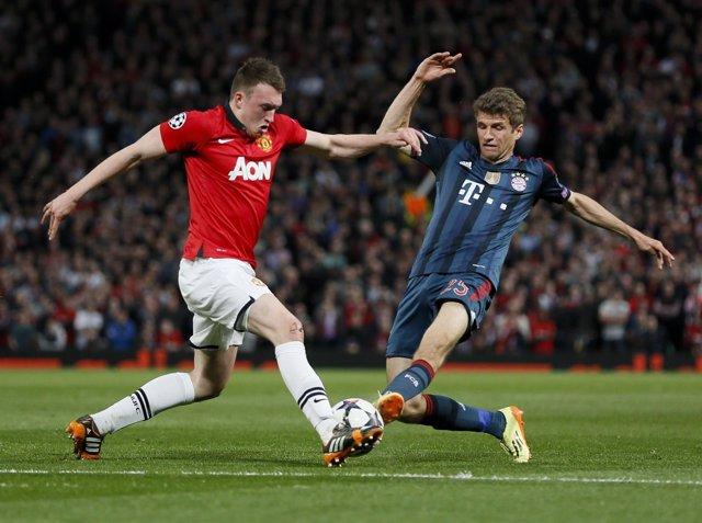 Phil Jones, del United, pelea con Muller del Bayern