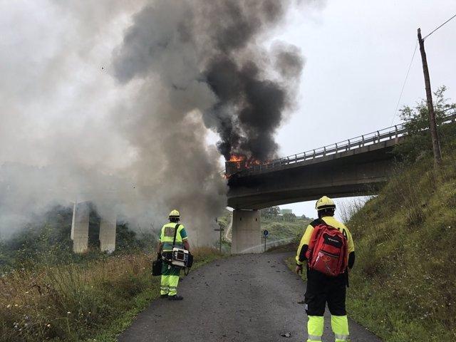 Accidente camión caído por puente de Ontón