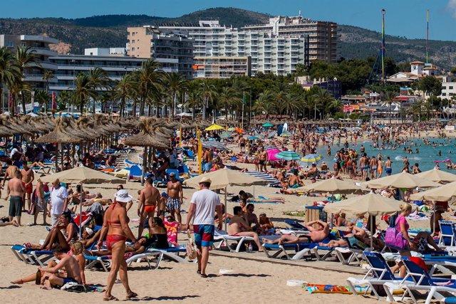 Turistas en la playa de Magaluf en Mallorca