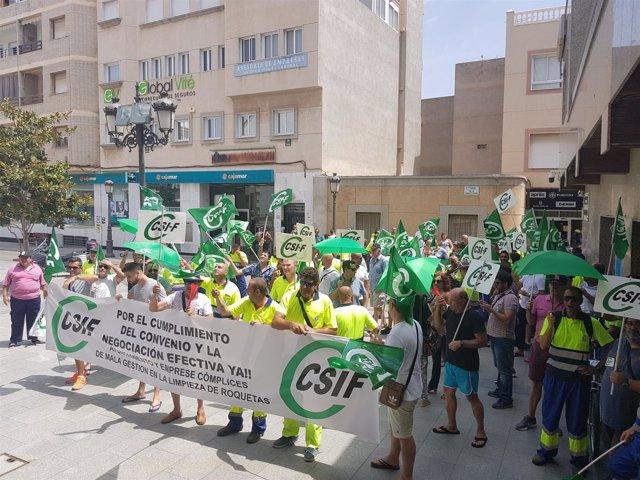 Trabajadores de Urbaser se manifiestan ante el Ayuntamiento de Roquetas