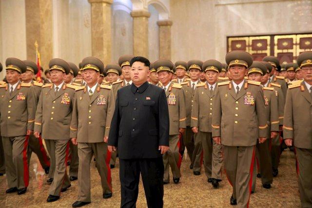 Kim Jong Un junto a un grupo de militares