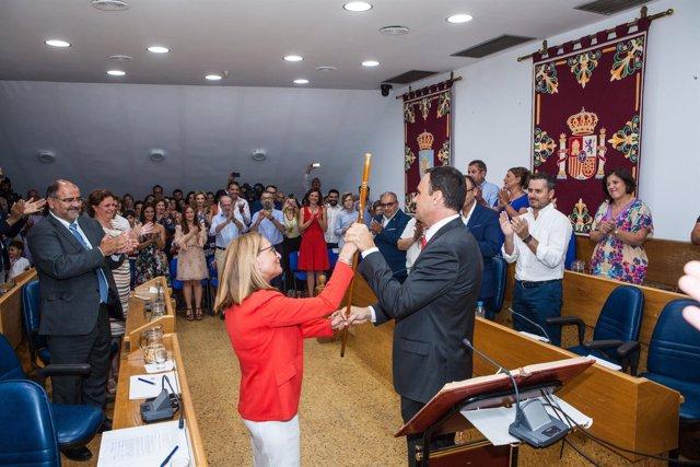 El nuevo alcalde toma el bastón de mando
