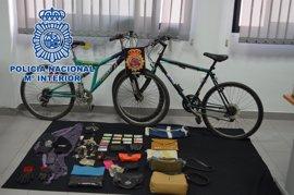 A prisión acusado de cinco robos con violencia en Rota por el método del tirón