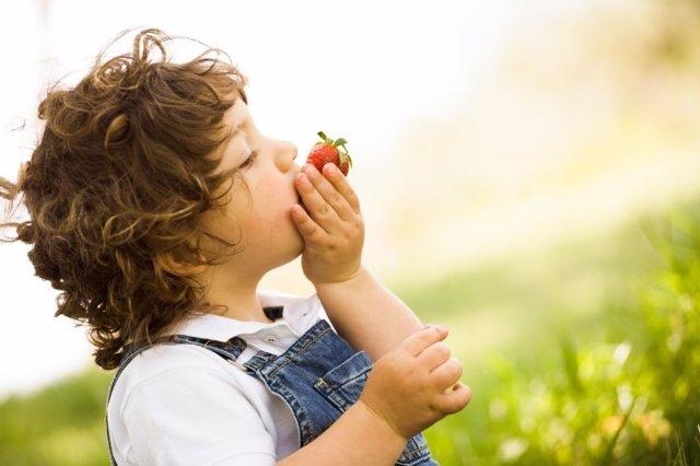 Niño con frutas