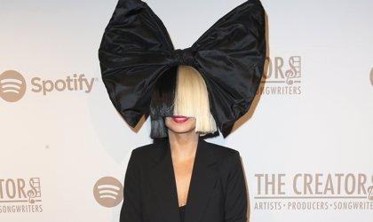 Sia ficha por Atlantic Records y anuncia disco de villancicos propios