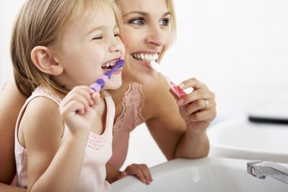 Cepillarse los dientes con pasta dental fluorada, aconsejable después de ir a la piscina