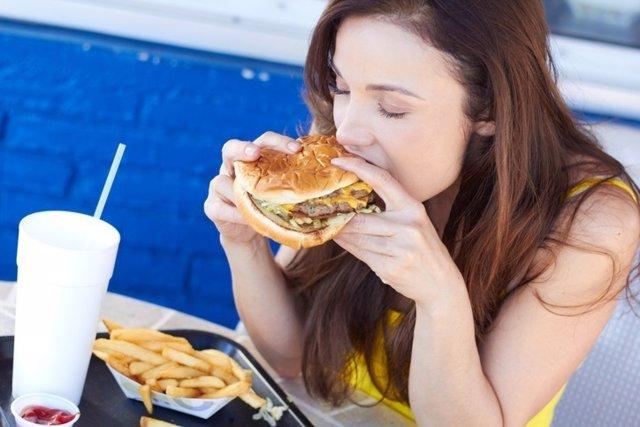 Comida basura, grasa, hamburguesa y patatas