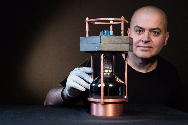 Juan Collar con el prototipo del diminuto detector