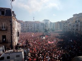 Miles de vitorianos asisten a la 'Bajada de Celedón' en el inicio de las fiestas de 'La Blanca'