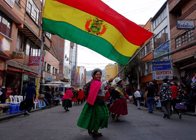 Mujer ondenado una bandera de Bolivia