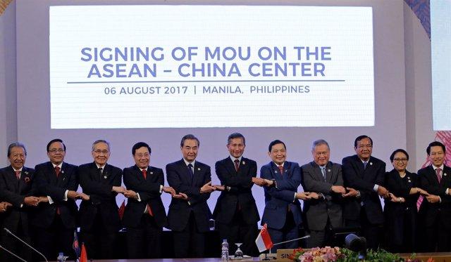 El ministro de Exteriores chino con sus homólogos de la ASEAN