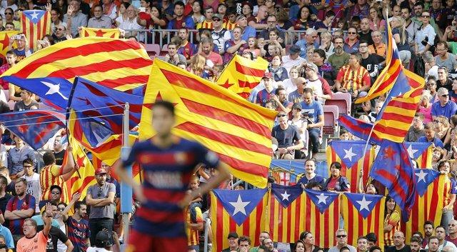 Banderas esteladas durante un partido de fútbol en el Camp Nou