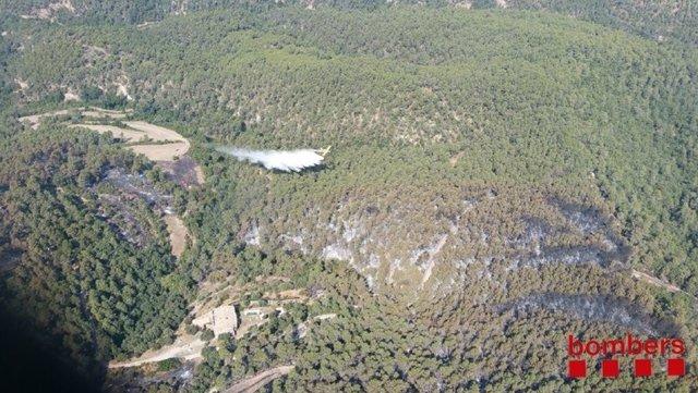 Descarga aérea sobre el incendio de Artés (Barcelona)