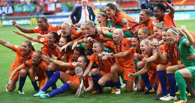 La anfitriona Holanda gana por primera vez la Eurocopa