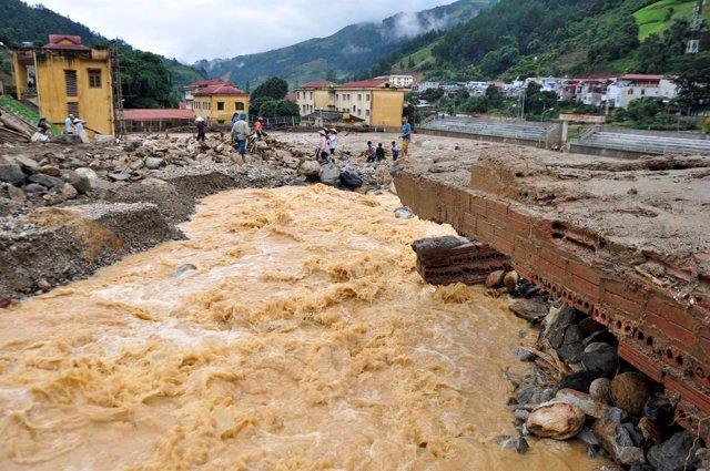 Un puente destrozado en el norte de Vietnam por las inundaciones