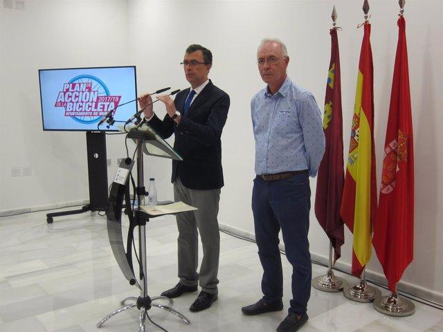 El alcalde, José Ballesta, junto a Antonio Navarro en la presentación