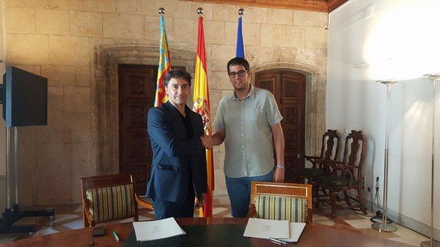 Colomer y el alcalde de Morella en la firma del acuerdo