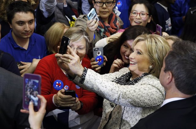 Hillary Clinton se hace un 'selfie' con simpatizantes durante la última campaña