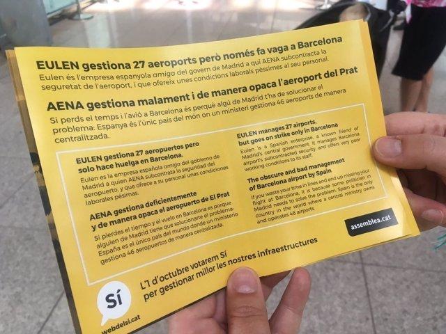La ANC reparte folletos en el Aeropuerto de Barcelona para pedir el 'sí' el 1-O