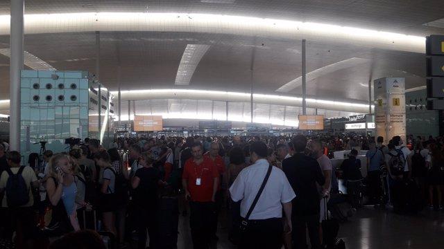 Colas en los controles de seguridad del Aeropuerto de Barcelona-El Prat