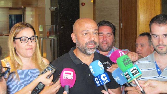 Garcia Molina atiende a los medios
