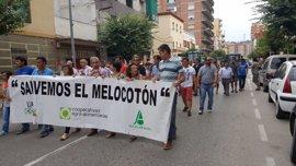 Medio millar de personas protestan en Fraga por los bajos precios de la fruta dulce