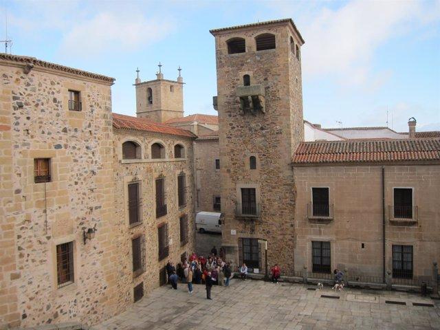 Un Grupo De Turistas En La Plaza De San Jorge En Cáceres