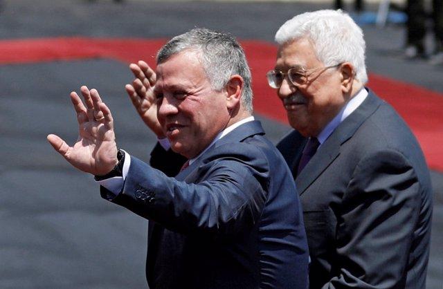 El rey Abdalá de Jordania y el presidente palestino, Mahmud Abbas