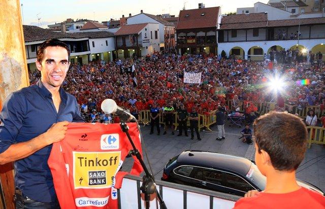 Alberto Contador, posando con el jersey.