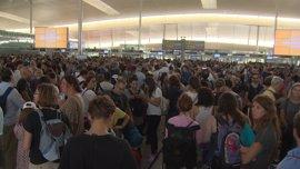 Colas de media hora en el Aeropuerto de El Prat por el paro de la tarde