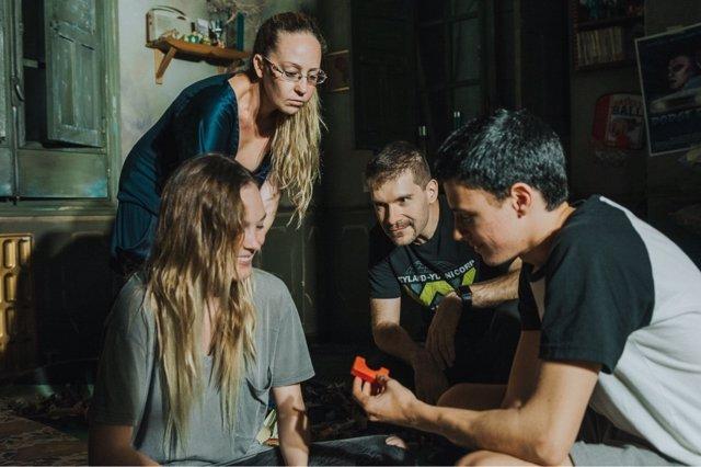 Los directores de 'Ánimas' junto con los actores debutantes