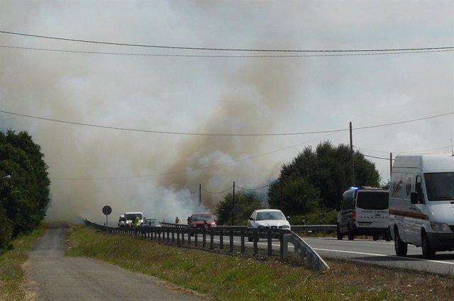 Incendio en Oroso que provoca problemas de circulación en la N-550