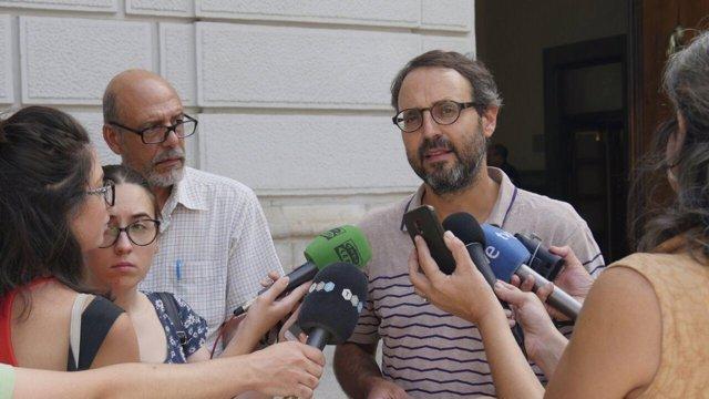 Alberto Matarán (Podemos Granada) atiende a los medios