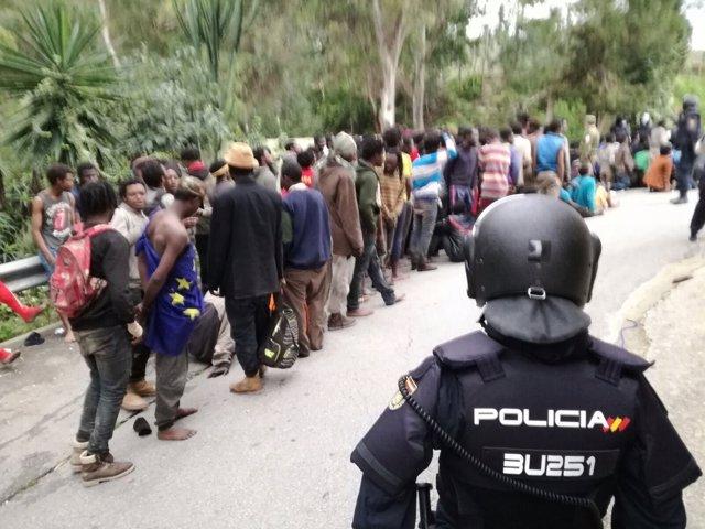 Más de 400 inmigrantes entran en Ceuta por la frontera del Tarajal