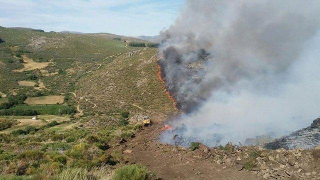 Imagen de las tareas de extinción del incendio en Navarredonda de Gredos