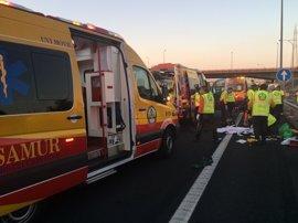 Dos heridos graves tras caerse un camión de Medio Ambiente a las vías del tren cerca del parque Juan Carlos I