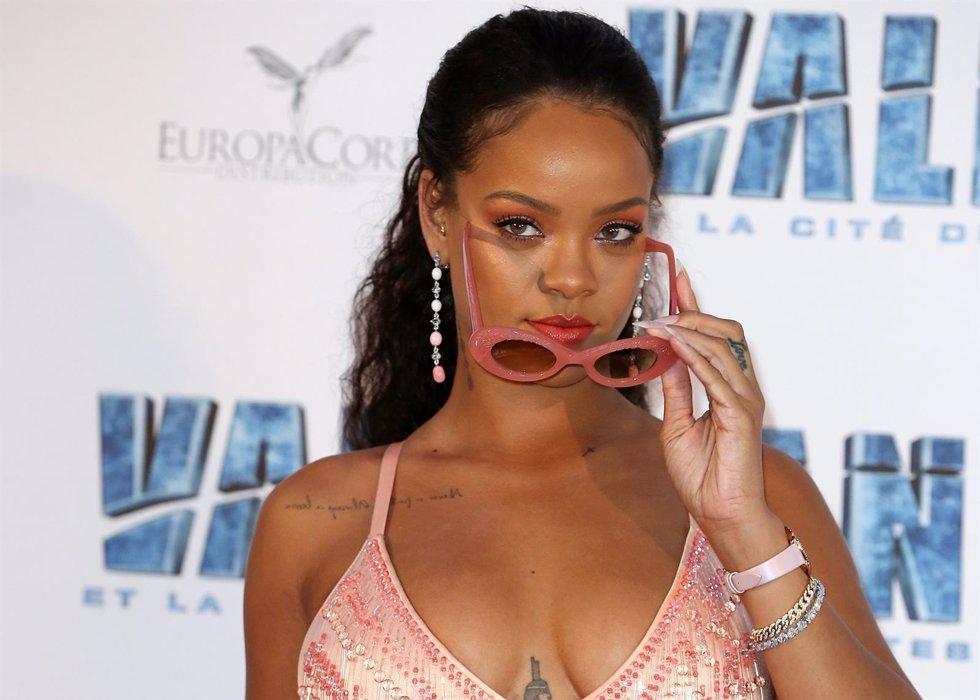 Así es el look más sensual de Rihanna con pelo azul, ¿será una peluca?
