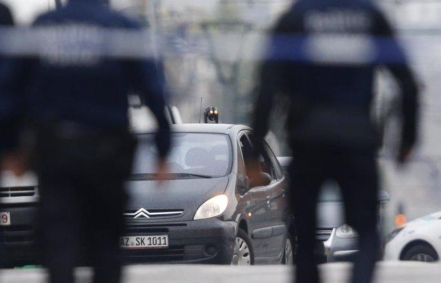 Artificieros junto al coche interceptado por la Policía belga en Molenbeek