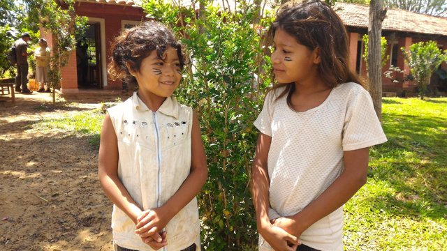 Niñas de la etnia indígena mbya guaraní en Paraguay