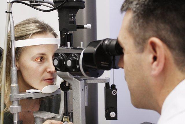 Oftalmólogo revisando la vista a la paciente