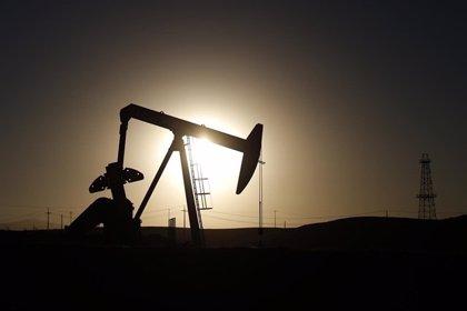 El petróleo espera por encima de los 52 dólares el informe semanal sobre inventarios de crudo de EEUU