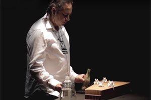 ¿Quién es el artista mexicano que hace música con objetos olvidados de migrantes?