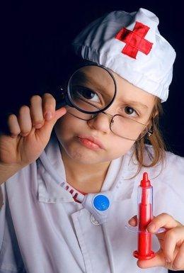 Niña disfrazada de médica o enfermera