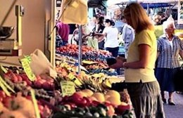 Mujer comprando. Mercado. Fruta. Dieta saludable