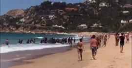 Cerca de 40 inmigrantes desembarcan en una playa de Zahara (Cádiz) ante la sorpresa de los bañistas