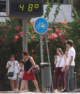 Termómetro con altas temperaturas durante la ola de calor en Sevilla